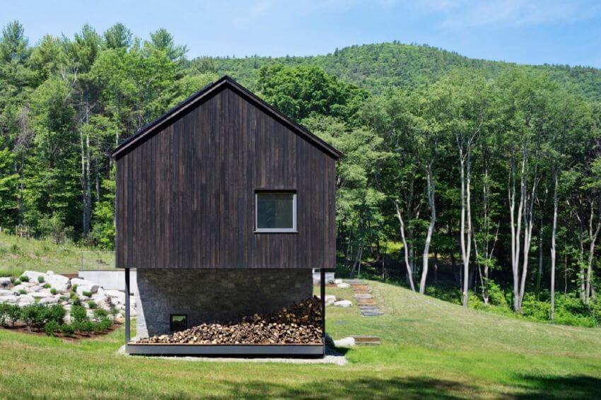 Тихий и уединенный дом под горой